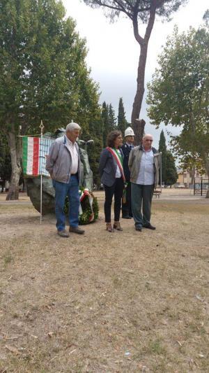 Il presidente del Consiglio comunale di Prato, Ilaria Santi, rende omaggio ai caduti durante la tradizionale Marcia della pace.