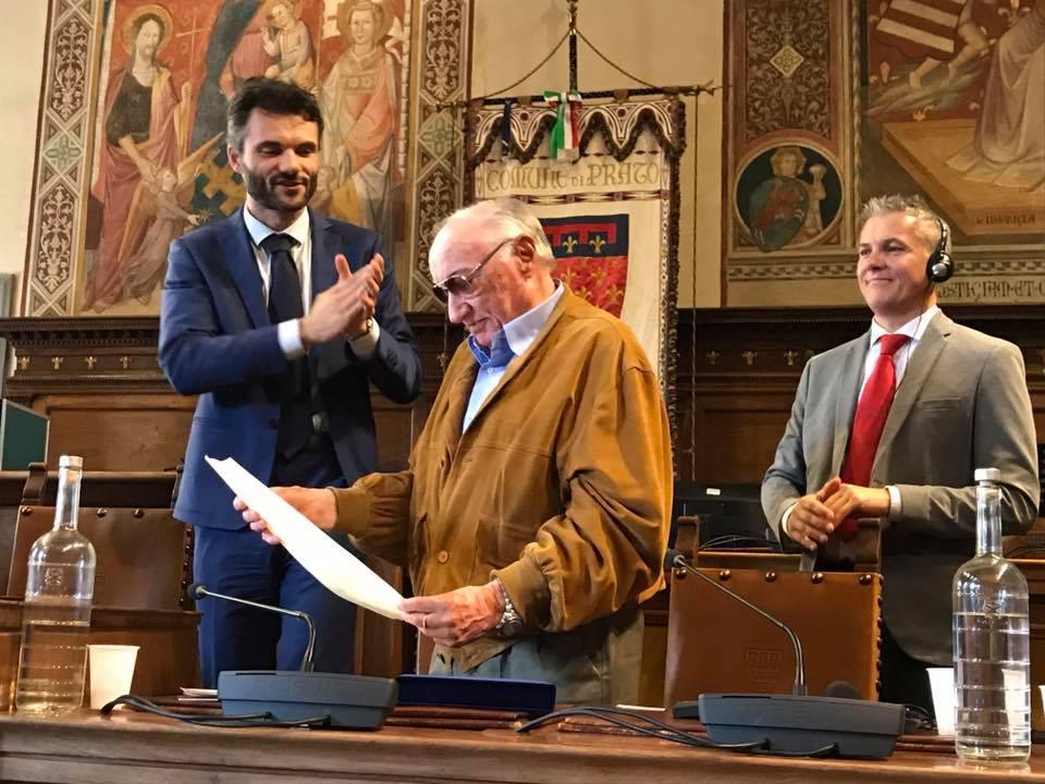<p>La consegna della pergamena di ringraziamento al lavoro svolto da Giancarlo Biagini,Presidente Aned sezione di Prato</p>