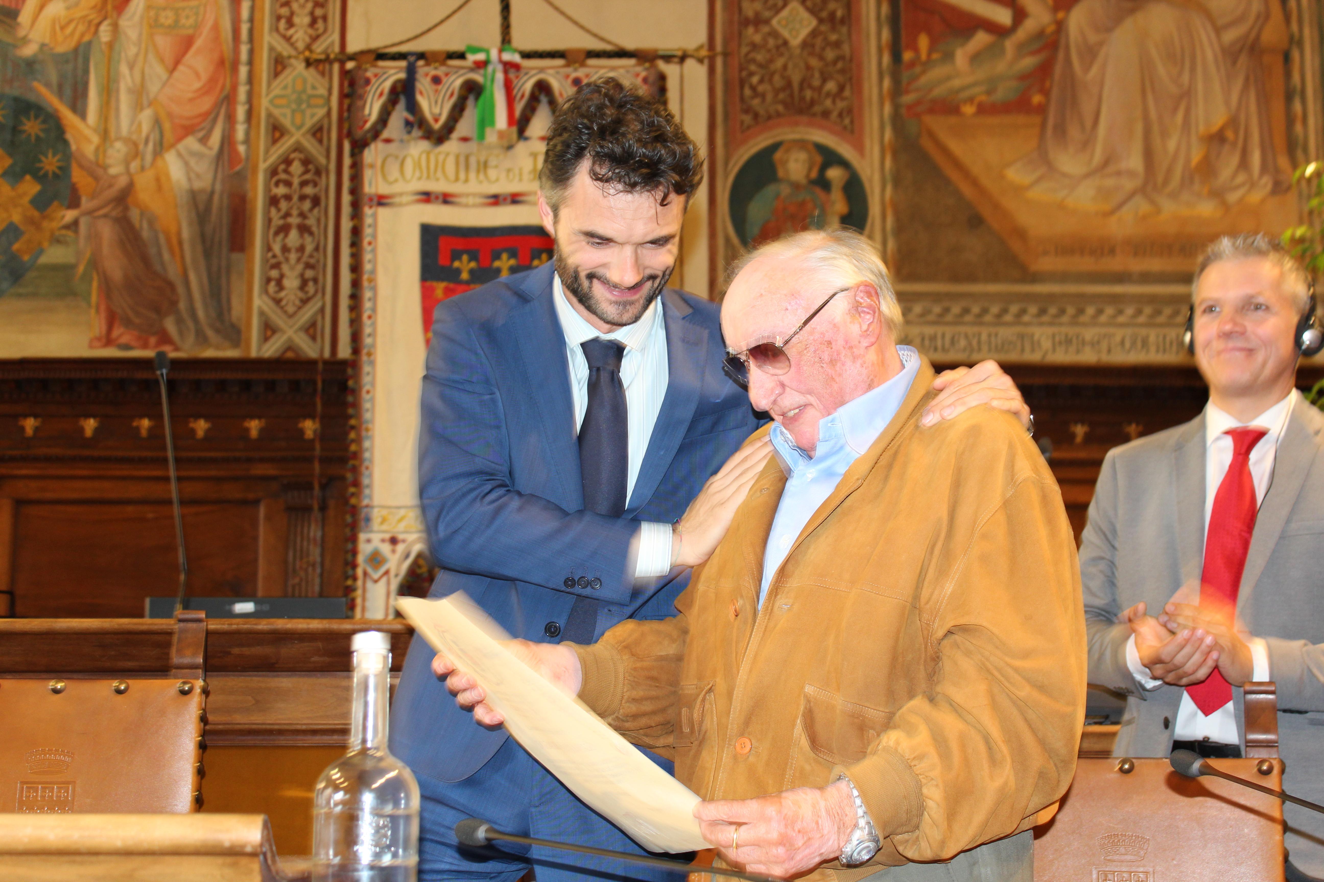 <p>La consegna della pergamena di ringraziamento al lavoro svolto da Giancarlo Biagini, Presidente Aned sezione di Prato</p>