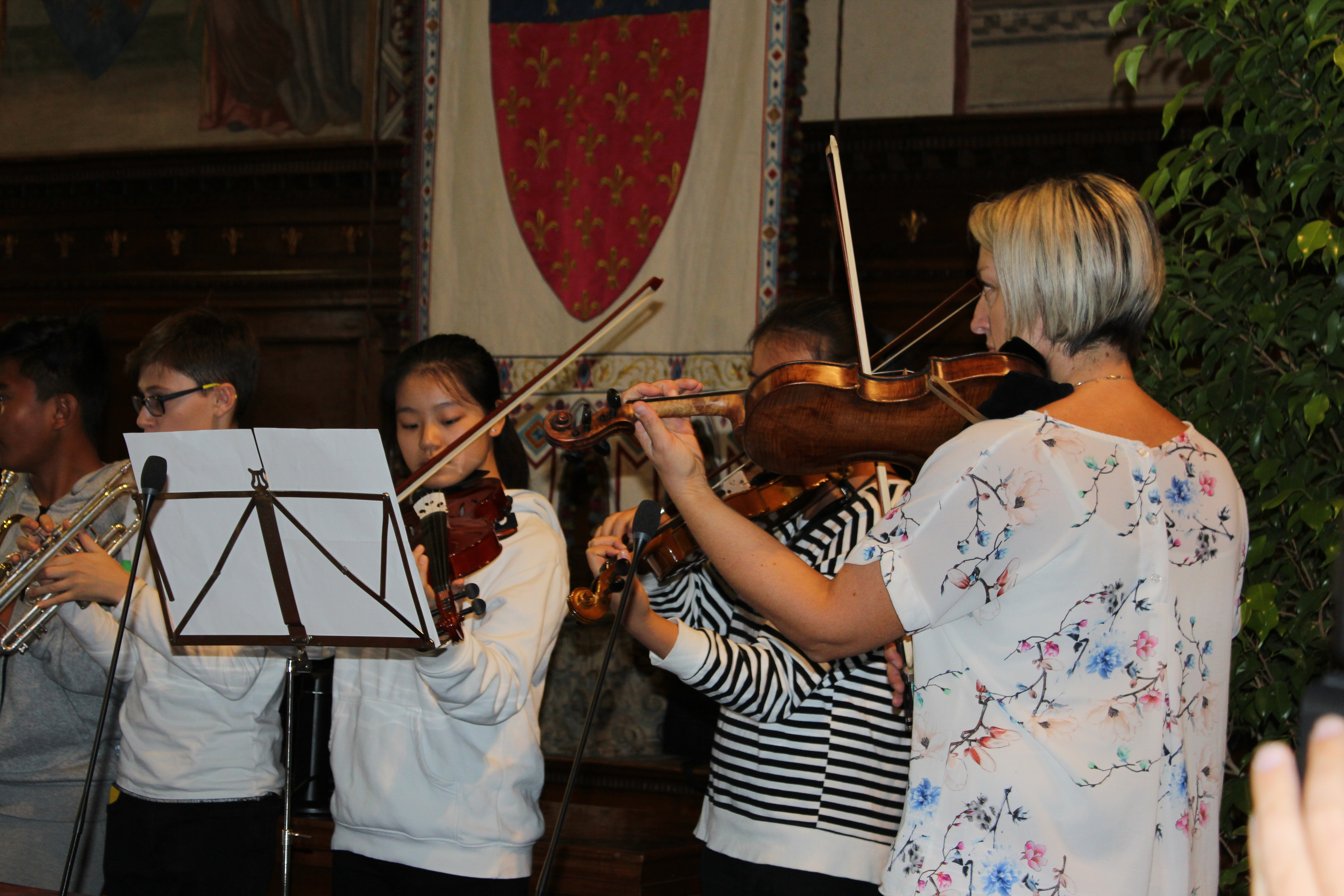 <p>Inizio delle celebrazioni: iragazzi della scuola di Prato suonano l'inno austriaco e italiano.</p>