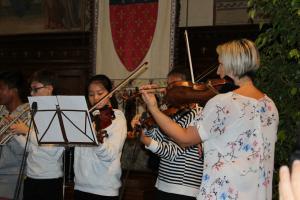 Inizio delle celebrazioni: iragazzi della scuola di Prato suonano l'inno austriaco e italiano.